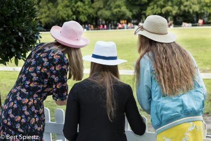 Nederland, 25-08-2018 Apeldoorn OP een veld van paleis Het Loo wordt het tweedaagse Royal Polo at the Palace gehouden. Tijdens het evenement worden een aantal polowedstrijden gespeeld en strijden vier professionele poloteams om de King's Cup. Er is ook een hat of the day award te winnen. De dresscode is summer chic. Dames worden geachjt met een hoed te verschijnen. 's Middags wordt er voor de jongste bezoekers een spannende Kids Pony Race gehouden. Een plek in de Royal Polo Lounge lost 250 euro. De opbrengst van het evenement is voor een goed doel. Foto: Bert Spiertz